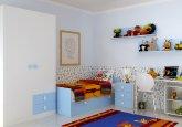 Habitación convertible en versión infantil a la medida combinando blanco puro y cielo