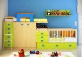 Habitación de bebé convertible en colores pistacho y roble