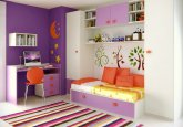 Habitación infantil en colores blanco y lila, con escritorio